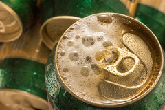 Sluit omhoog koude kan bier met schuim Stock Afbeelding