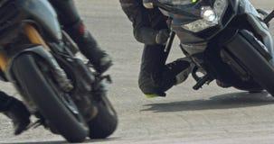 Sluit omhoog langzame motie die van sportmotorfietsen draaien maken tijdens een ras stock footage
