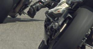 Sluit omhoog langzame motie die van sportmotorfietsen draaien maken tijdens een ras stock videobeelden