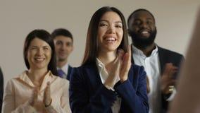 Sluit omhoog leden van seminarie toejuichende spreker stock video