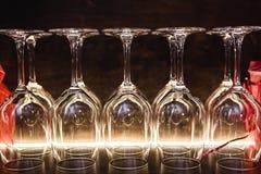 Sluit omhoog lege glazen in restaurant natuurlijk licht Royalty-vrije Stock Fotografie