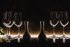 Sluit omhoog lege glazen in restaurant natuurlijk licht Stock Afbeelding