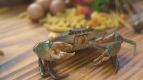 Sluit omhoog levende krab op keukenlijst in zeevruchtenrestaurant Overzeese krab in mediterraan restaurant voor zeevruchtenmenu v stock footage