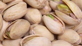 Sluit omhoog Macro De gebraden pistaches in shell roteren in een cirkel Achtergrond stock videobeelden