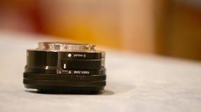 Sluit omhoog macrofoto van gebruikt Sony 16 - 50 mm-e-Onderstel lens voor een mirrorless DSLR royalty-vrije stock afbeelding