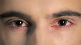 Sluit omhoog mannelijk gezicht met magnetische ogen stock video
