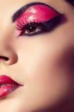 Sluit omhoog mannequinportret Scharlaken make-up Zwarte pijlen Royalty-vrije Stock Foto