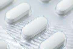Sluit omhoog medische pillen in Blaarpakken Stock Afbeeldingen