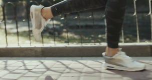 SLUIT OMHOOG: Meisjesjogging over staalbrug die boven zwaar verkeersweg bij gouden zonsopgang leiden stock footage