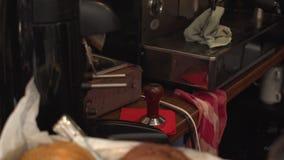Sluit omhoog mening aan de koekjes en de koffiemachine In de beweging stock footage