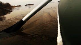 Sluit omhoog mening aan de rubber langzame motie van de bootpeddel stock videobeelden