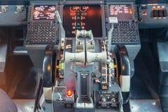 Sluit omhoog mening bij de motorvermogenssturing en andere eenheid van de vliegtuigencontrole in de cockpit van modern burgerlijk stock foto