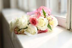 Sluit omhoog mening bij heldere kroon van rozen op de vensterbank Royalty-vrije Stock Afbeelding