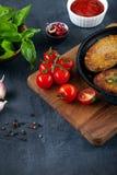 Sluit omhoog mening over eigengemaakte Geroosterde vleesballetjes in pan op houten scherpe raad stock afbeeldingen