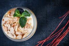 Sluit omhoog mening over smakelijke tiramisu met noot en mango Dessert op donkere achtergrond met exemplaarruimte die wordt gedie royalty-vrije stock fotografie