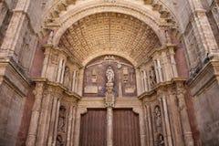 Sluit omhoog mening van één van deuren van Catedral Stock Afbeeldingen