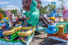Sluit omhoog mening van Aladdin Genie Magic Lamp Fun Ride bij funfair, Chennai, India, 29 Januari 2017 Royalty-vrije Stock Foto