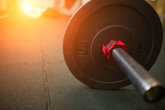 Sluit omhoog mening van barbell op vloer in gymnastiek Stock Afbeeldingen