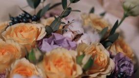 Sluit omhoog mening van bloemist die bloemsamenstelling voorbereiden op het werk, rozen voor valentijnskaart` s dag en vrouwen` s stock videobeelden