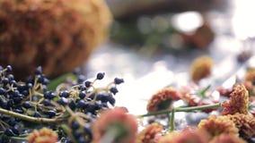 Sluit omhoog mening van bloemistwerkplaats met bloemen stock videobeelden