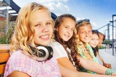 Sluit omhoog mening van blond meisje en haar vrienden Stock Fotografie