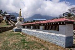 Sluit omhoog mening van boeddhistisch overblijfsel op ingang aan museum in Namche-Bazaar stock afbeelding