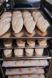 Sluit omhoog mening van brood afdwaalt klaar om in de oven te bakken Het concept van de bakkerij royalty-vrije stock afbeelding