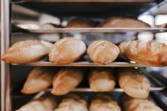 Sluit omhoog mening van brood afdwaalt klaar om in de oven te bakken Het concept van de bakkerij stock fotografie