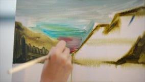 Sluit omhoog mening van canvas en onvolledig beeld Vrouwenschilder stock footage