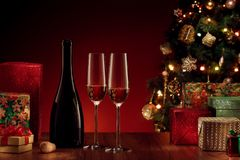 Sluit omhoog mening van champagnefles met fluit op kleurenrug Royalty-vrije Stock Foto's