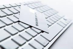 Sluit omhoog mening van creditcard op een toetsenbord Royalty-vrije Stock Afbeeldingen