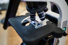 Sluit omhoog mening van de drukcilinder en de dia van microscooplenzen royalty-vrije stock fotografie
