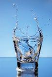 Sluit omhoog mening van de plons in water Stock Afbeeldingen