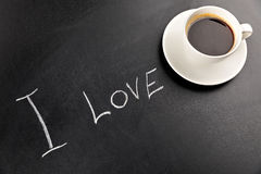 Sluit omhoog mening van de stoom van de koffiemok en ik houd van van letters voorziend Stock Afbeeldingen