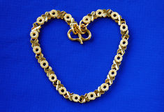 Sluit omhoog mening van een 24K gouden armband Royalty-vrije Stock Afbeeldingen