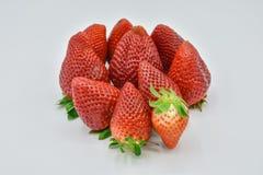 Sluit omhoog mening van een groep verscheidene smakelijke verse rode aardbeien enkel geoogst en klaar om worden gegeten De aardbe stock afbeeldingen