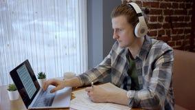 Sluit omhoog mening van een jonge pianist of een gitarist die zijn nieuw lied in een verlaten koffie duting koffiepauze proberen  stock video