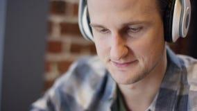Sluit omhoog mening van een jonge pianist of een gitarist die zijn nieuw lied in een verlaten koffie duting koffiepauze proberen  stock footage