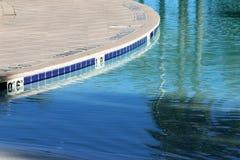 Sluit omhoog mening van een ondiep pool en een dek Stock Foto's