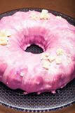 Sluit omhoog mening van een ronde roze cake royalty-vrije stock afbeelding
