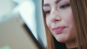 Sluit omhoog mening van een vrij vrouwelijk gezicht gelukkig glimlachend en het drinken koffie terwijl het zitten in café modern stock video