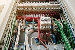 Sluit omhoog mening van elektropaneel met zekeringen en schakelaars Stock Foto