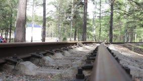 Sluit omhoog mening van geroeste spoorweg stock video