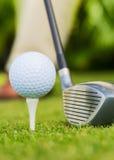 Sluit omhoog mening van golfbal op T-stuk Royalty-vrije Stock Afbeelding