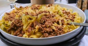 Sluit omhoog mening van heerlijke fettuccine in bolognese saus Stock Fotografie
