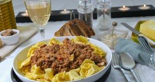 Sluit omhoog mening van heerlijke tortellini in bolognese sausdeegwaren Royalty-vrije Stock Fotografie
