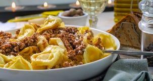 Sluit omhoog mening van heerlijke tortellini in bolognese sausdeegwaren Stock Foto's