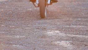 Sluit omhoog mening van het aankomen motorfiets stock footage