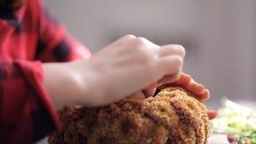 Sluit omhoog mening van jonge vrouw die bloemensamenstelling creëren stock footage