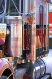 Sluit omhoog mening van kant van grote vrachtwagen van vrachtwagen Royalty-vrije Stock Afbeeldingen